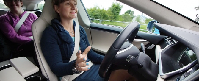 Annicka Engblom i Tesla S