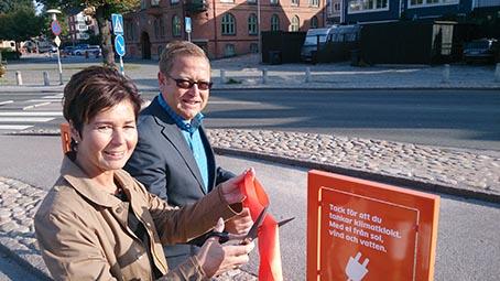 Karlshamns kommuns näringslivschef Ulrika Nordén Johansson klippte tillsammans med Enkla Elbolagets vd Lennart Johansson bandet vid invigningen.