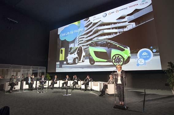 Geneviève Fioraso, fransk minister med ansvar för högre utbildningar och forskning invigningstalar i Grenoble.