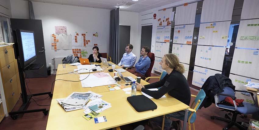 Från vänster: Lisiana Nurhadi, Henrik Ny, Sven Borén och Jesko Schulte i GreenCharge-rummet på BTH.
