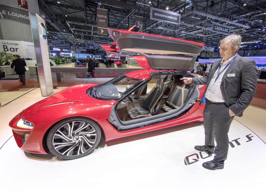 En extrem röd sportbil med måsvingedörrar. Har vi sett det förut? Jodå, Quant F kanske kan nå samma ikonstatus som 50-talets Mercedes SL. Den är i vart fall ännu mer banbrytande än vad måsvingemercan var på den tiden. Volker Pulskamp, pressansvarig på NanoFLOWcell visade nya Quant F i Geneve.