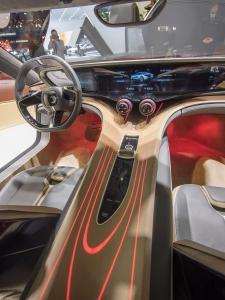 Interiören i Quant F är mycket futuristisk med tunn trälaminering över mittkonsolen och en instrumentering som bygger på bildskärmsteknik.