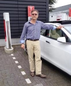 Ruud, stolt Tesla-ägare i Amsterdam.