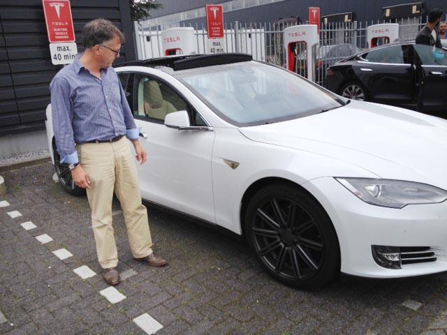 Ruurd vid sin Tesla vid supercharger i Amsterdam