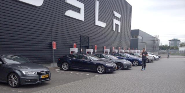 laddststion vid Teslas servicestation i Amsterdam. Världens näst mest använda Supercharger-anläggning.