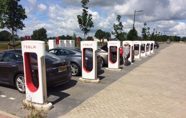 Gott om Teslor som laddar batterierna vid ladustationen i Zwolle.