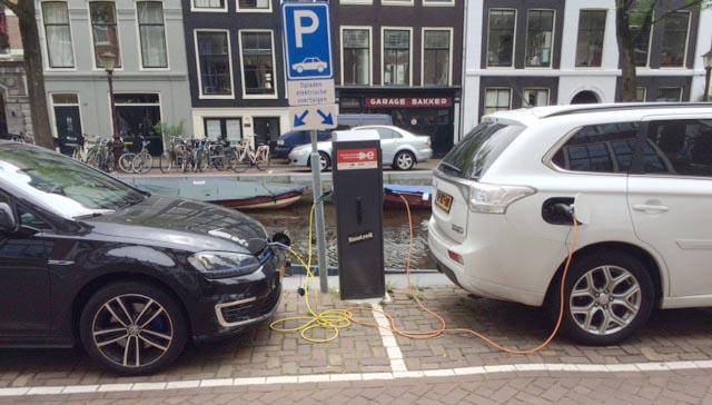 Laddning längs gatan i Amsterdam.