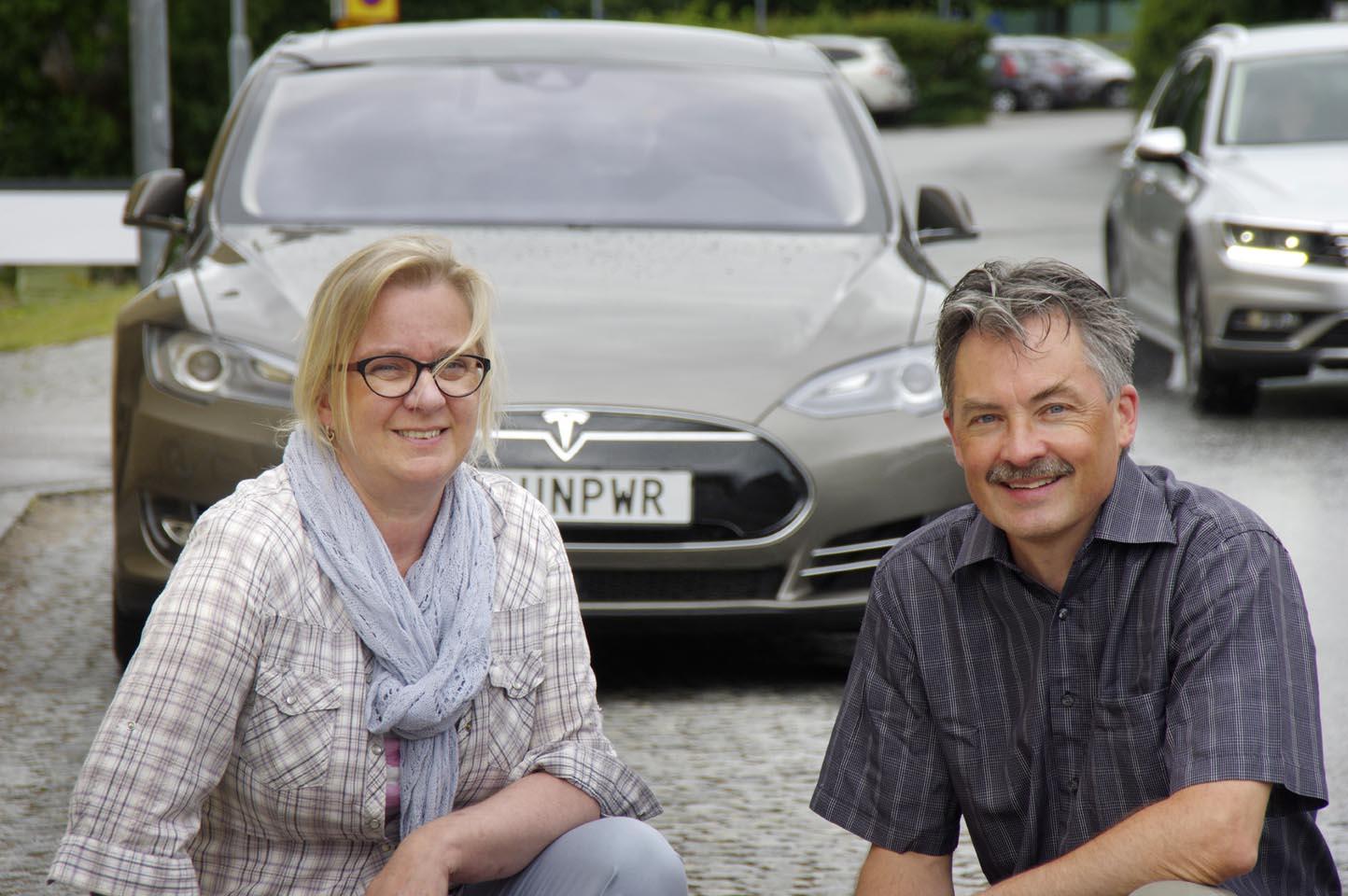 Lena Petersson Forsberg och Magnus Forsberg med Teslan som tar dem ut i Europa.