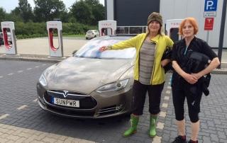 Christina och Ushi vid supercharger i Braak utanför Hamburg