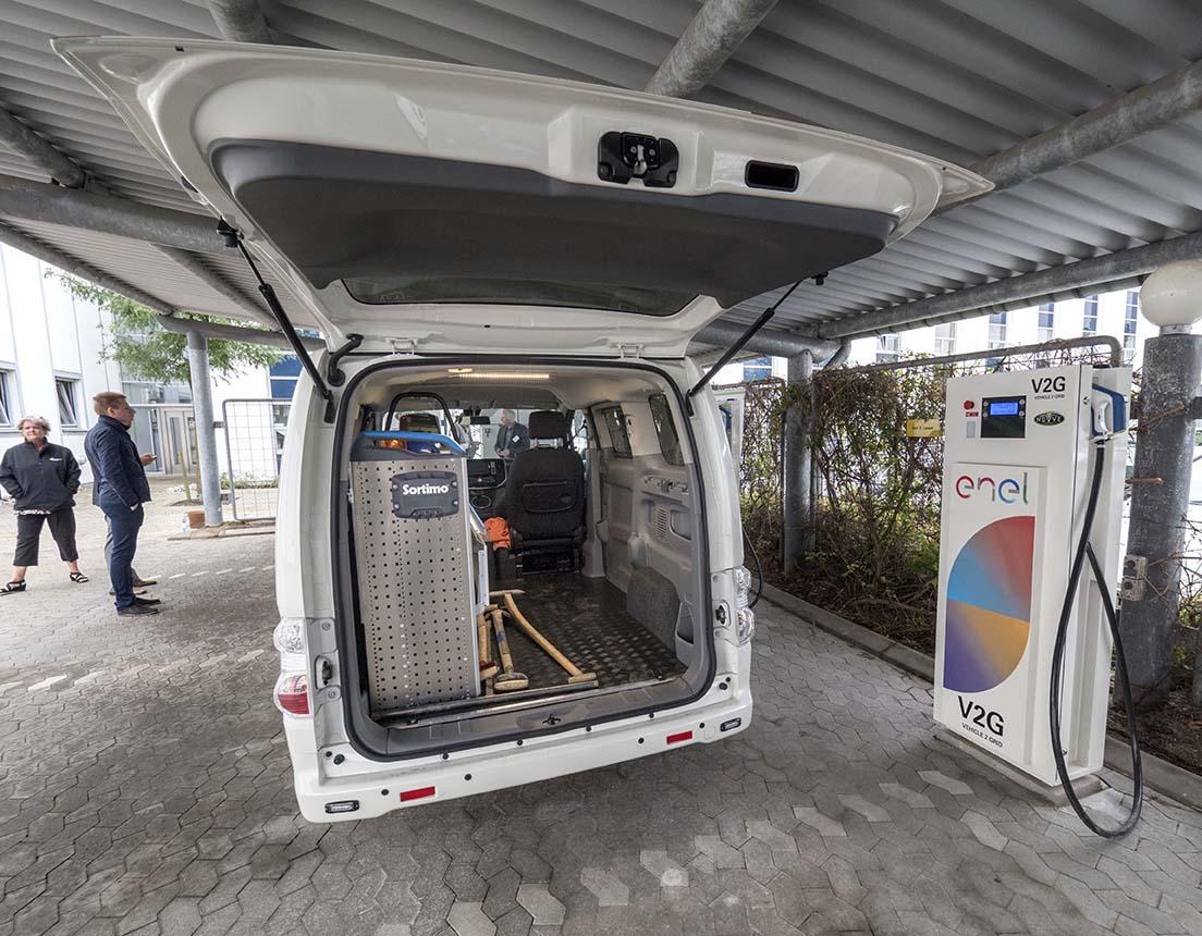 Nissans eldrivna skåpbil e-NV200 rullar dagligen i kommunens serviceverksamhet i danska Fredriksberg. När den inte körs används dess batterier för att jämna ut belastningen på elnätet.