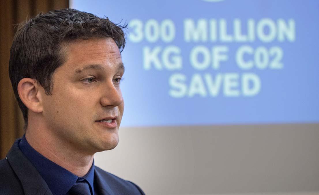 Nissans Gareth Dunsmore talar med stort självförtroende när det gäller Nissans miljöarbete. Man har besparat världen 300 miljoner ton koldioxid med de elbilar som levererats ännu så länge och målet är väldigt mycket högre än så.