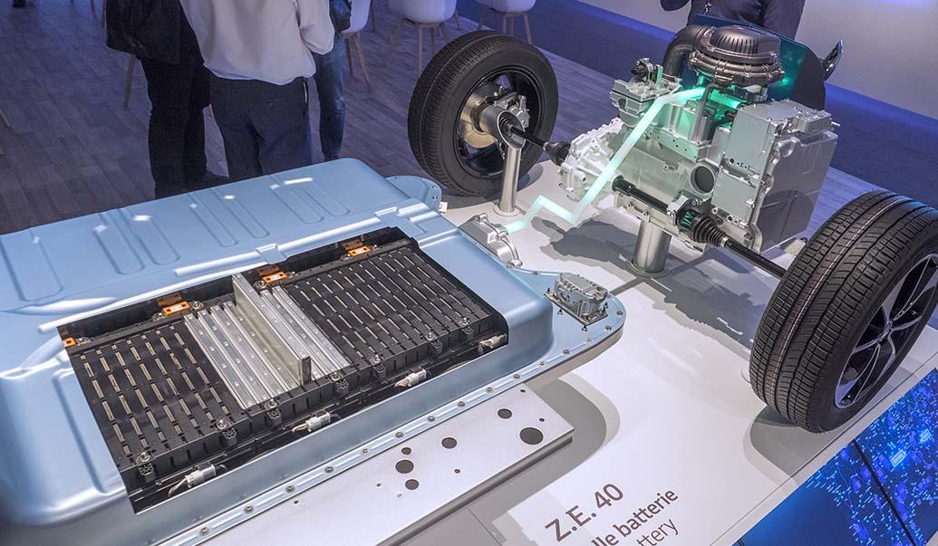 Så här ser drivlinan ut i Renault Zoe. Batterierna är placerade över bakaxel och mellan axlarna medan motorn sitter över framaxeln.