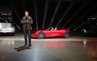 "Elon Musk håller sitt anförande vid lanseringen av sin tunga lastbil Tesla Semi. I bästa Apple-stil lyckades han överraska med ""we have something more"", en sportbil som rullades av flaket."