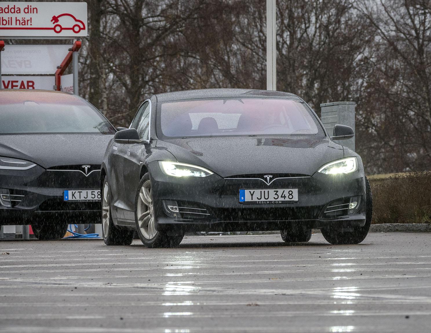 På Teslas pop-Up butik vid Samarkand i Växjö kan man provköra både SUV:en, Tesla X, och halvkombin Tesla S. Båda är fryhjulsdrivna och fungerar utmärkt i svenskt vinterklimat bara man står ut med en begränsning i räckvidden.