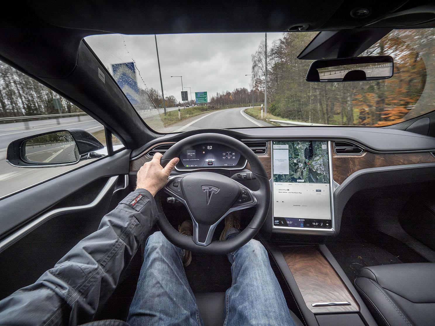Förarmiljön i Tesla S liknar ingen annan bil. Den stora displayen i mitten hanterar det allra mesta och det krävs en viss träning för att hitta rätt. Bilen är alltid uppkopplad och den har långtgående förarstöd med vissa möjligheter till självkörande funktioner.