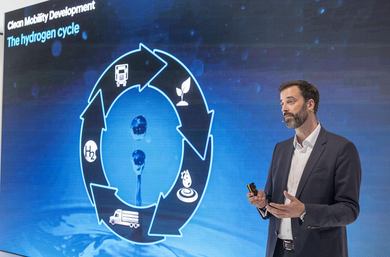 Vätgas som blir till vatten och elektricitet i bränslecellen är framtidens drivmedel enligt Mark Freymüller som är ansvarig för utveckling när det gäller tunga fordon på Hyundai.